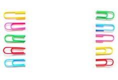Grampo de papel colorido no fundo branco escritório dos artigos de papelaria Fotografia de Stock