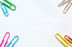 Grampo de papel colorido no fundo branco escritório dos artigos de papelaria Imagem de Stock Royalty Free