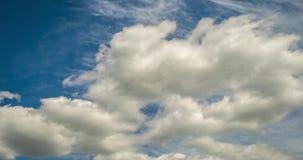 Grampo do lapso de tempo de diversas camadas de rolamento encaracolados macias da nuvem no tempo ventoso filme