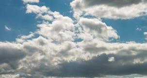 Grampo do lapso de tempo de diversas camadas de rolamento encaracolados macias da nuvem no tempo ventoso vídeos de arquivo