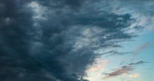 grampo do lapso de tempo 4k de nivelar nuvens de altostratus de rolamento encaracolados macias no tempo ventoso antes da tempesta vídeos de arquivo