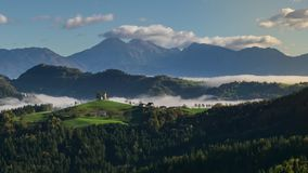 Grampo do lapso de tempo 4k Paisagem fantástica da montanha com nuvens e névoa coloridas da manhã Céu dramático na mola vídeos de arquivo