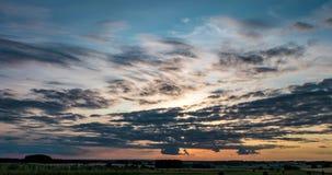 grampo do lapso de tempo 4k do por do sol com as nuvens de altostratus de rolamento encaracolados macias da noite no tempo ventos filme