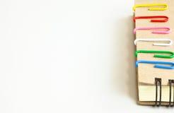 Grampo e caderno Fotos de Stock Royalty Free