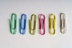 Grampos coloridos imagens de stock