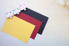 Grampos de madeira e notas pegajosas Imagem de Stock Royalty Free