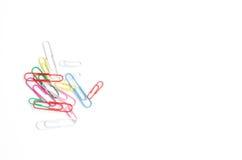 Grampos de papel coloridos em um fundo branco Imagens de Stock