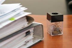 Grampos de papel de escrita. Foto de Stock