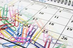 Grampos de papel e calendário Foto de Stock Royalty Free