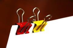 Clipes de papel no vermelho e no amarelo fotografia de stock
