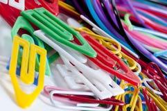Grampos para a escola colorida Fotografia de Stock Royalty Free