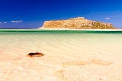 Gramvousa sikt från den Balos stranden, Kreta arkivbild