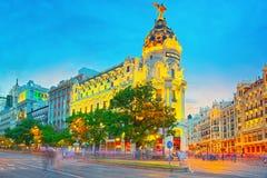 Gran通过街道在马德里,在日落以后,在Gran的红绿灯 库存照片
