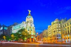 Gran通过街道在马德里,在日落以后,在Gran的红绿灯 免版税库存图片