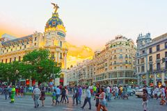 Gran通过街道在马德里,在日落以后,在Gran的红绿灯 免版税库存照片