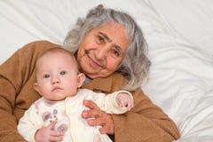Gran abuela que detiene al bebé Imagenes de archivo