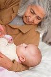 Gran abuela que detiene al bebé Imágenes de archivo libres de regalías