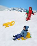 Gran actividad en la nieve, niños imagenes de archivo