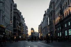 Gran através da rua no crepúsculo no Madri Fotografia de Stock Royalty Free