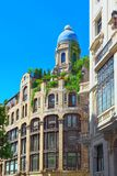 Gran através da rua no Madri, no tempo do dia, tráfego, carro em Gran através de Imagem de Stock Royalty Free