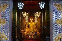 Gran Buda en el templo de Wat Phra That Hariphunchai en Lamphun, Tailandia Fotos de archivo