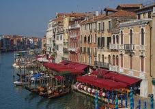 Gran Canal de Venecia con las góndolas y los barcos Fotos de archivo