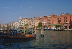 Gran Canal de Venecia con las góndolas y los barcos Fotos de archivo libres de regalías