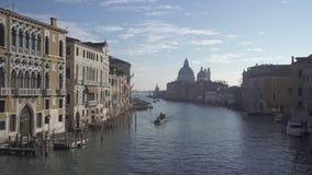 Gran Canal de Venecia con tráfico del barco almacen de metraje de vídeo