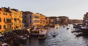 Gran Canal famoso del puente de Rialto en puesta del sol en Venecia, Italia fotos de archivo libres de regalías