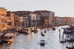 Gran Canal famoso del puente de Rialto en puesta del sol en Venecia, Italia imagen de archivo libre de regalías
