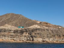 Gran Canaria, Canarische Eilanden in Spanje - December 16 2016: Het blauwe bus drijven op de weg in de steile bergen bij Royalty-vrije Stock Afbeeldingen
