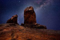 Gran Canaria roque nublo w noc gwiazdach zaświeca Zdjęcia Stock