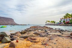 Gran Canaria spain 6 de dezembro de 2018 Vista do oceano Área de recreação e palmeiras bonitas cursos imagens de stock