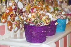 Gran caramelo bien escogido del caramelo en el palillo en las cestas para la venta Fotografía de archivo libre de regalías