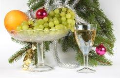 Gran, champagne, apelsin och druvor för det nya året Royaltyfri Bild