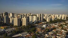 Gran ciudad del mundo, vecindad de Itaim Bibi, ciudad de São Pablo, el Brasil foto de archivo