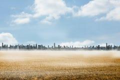 Gran ciudad en el horizonte Imagenes de archivo
