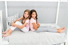 Gran comienzo del día Dormitorio alegre del juego de los niños Momentos felices de la niñez Alegría y felicidad feliz junto Cabri imagen de archivo libre de regalías