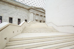 Gran corte interior, escalera blanca de British Museum en Londres Foto de archivo libre de regalías