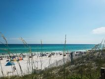 Gran día para golpear la arena en la playa azul de la montaña Imagenes de archivo