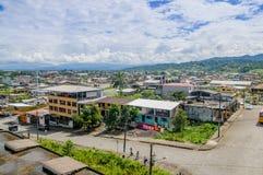 Gran descripción que muestra la ciudad de Tena desde arriba, situada en la región del Amazonas del ecuatoriano imagen de archivo