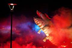 Gran desfile de los dragones conectado con los fuegos artificiales Foto de archivo