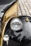 Gran detalle con la luz delantera de un coche del vintage imagenes de archivo
