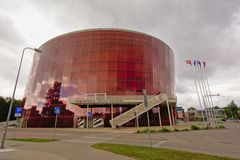 Gran edificio ambarino del concierto en Liepaja en un día nublado Imagen de archivo