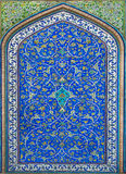 Gran ejemplo de la cultura islámica - tejas con los modelos y las flores Foto de archivo libre de regalías