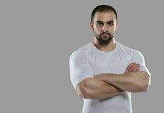 Gran entrenamiento Retrato del culturista profesional muscular y Fotografía de archivo libre de regalías