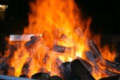 Gran fuego durante un festival en Gadoni Cerdeña central - Decemb imágenes de archivo libres de regalías