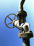 Gran golpecito con la válvula de cierre del tubo en un industri grande Fotos de archivo
