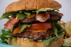 Gran hamburguesa del tocino y del queso Foto de archivo