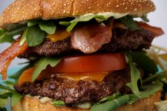 Gran hamburguesa del tocino y del queso Fotos de archivo
